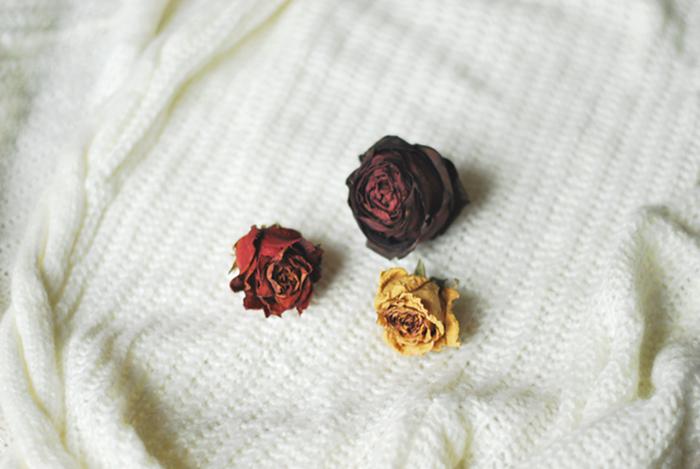 mniej, minimalizm, róże
